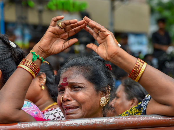 All is not well, DMK women cadres crying outside cauvery hospital