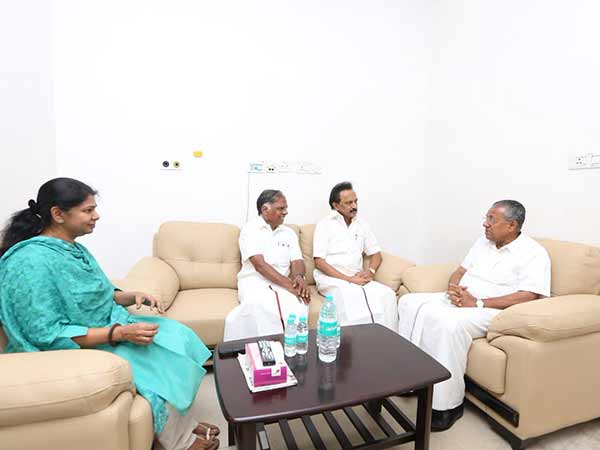 Kerala CM meets Karunanidhi family at Kauvery hospital