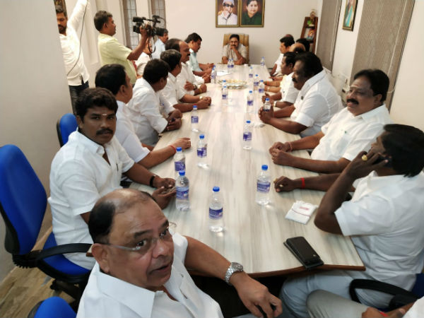 TTV Dinakaran holds an important meeting with disqualified MLAs in his residence