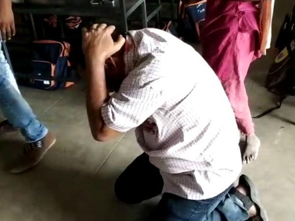 மாணவியின் டிரஸ்ஸை கழற்ற சொன்ன கணக்கு வாத்தியார்.. மாணவர்கள் கண் முன் சரமாரியாக வெளுத்த பெற்றோர்!