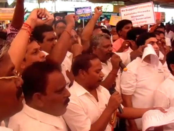 Sivakasi Traders Dont Know What Green Crackers - Protest in Chennai