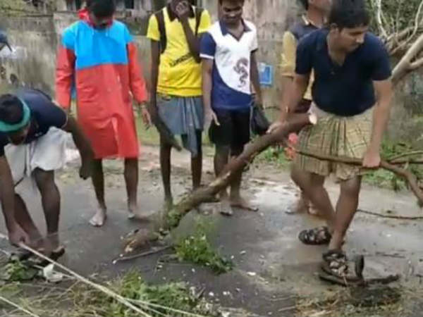 வாவ் சபாஷ்.. நம் கையே நமக்குதவி.. புயலில் வீழ்ந்த மரங்களை தாங்களே அகற்றும் இளைஞர்கள்!