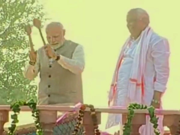 PM Modi finishes his rally with Drum beats.