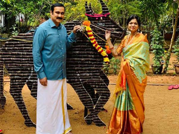 பொங்கல் என்றாலே ராமதாஸ் வீட்டில் ஸ்பெஷல்தான்.. பாரம்பரிய உடையில் கொண்டாடிய அன்புமணி, செளம்யா