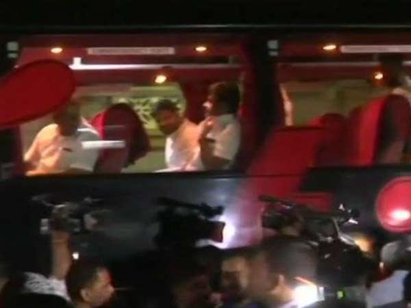 காங். பதிலடி.. கர்நாடகாவில் மலராத தாமரை.. ஏமாற்றத்தில் பெங்களூர் திரும்பும் பாஜக எம்எல்ஏக்கள்