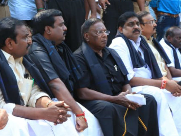 Puducherry cm Narayanasamy and his ministers stage protest against Kiran Bedi