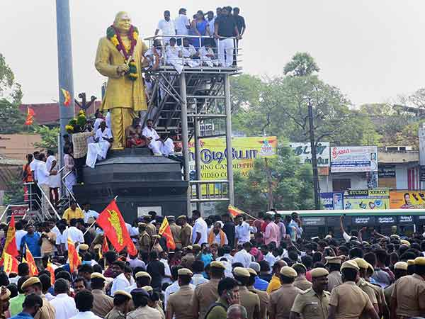 மதுரையில் 7 மணி நேரமாக சாலை மறியல்... 700 க்கும் மேற்பட்டோர் மீது வழக்கு பதிவு