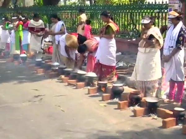 ஆற்றுக்கால் பகவதி அம்மன் கோவில் பொங்கல் விழா... லட்சக்கணக்கான பெண்கள் பொங்கல் வைத்து வழிபாடு