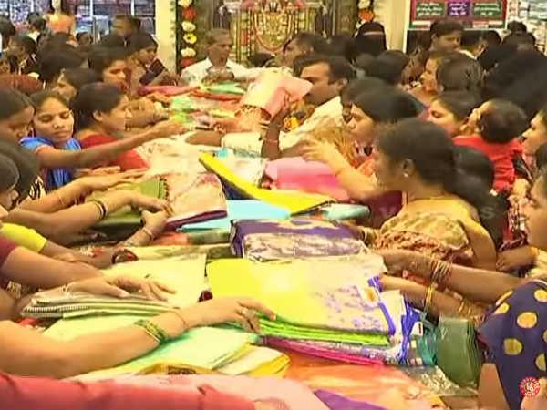 ஓடி வாங்க... ஓடி வாங்க... 10 ரூபாய்க்கு புடவை தர்ராங்க... நெரிசலில் சிக்கிய பெண்கள் மயக்கம்