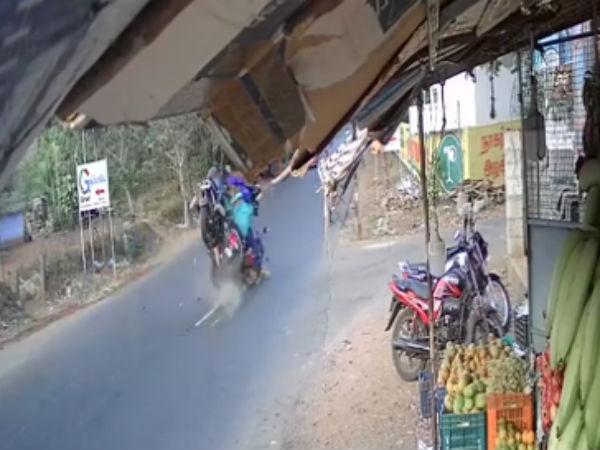 பயங்கரம்.. சாலையை கிராஸ் செய்த பெண்.. வேகமாக வந்து மோதிய இளைஞர்.. இருவரும் படுகாயம்!