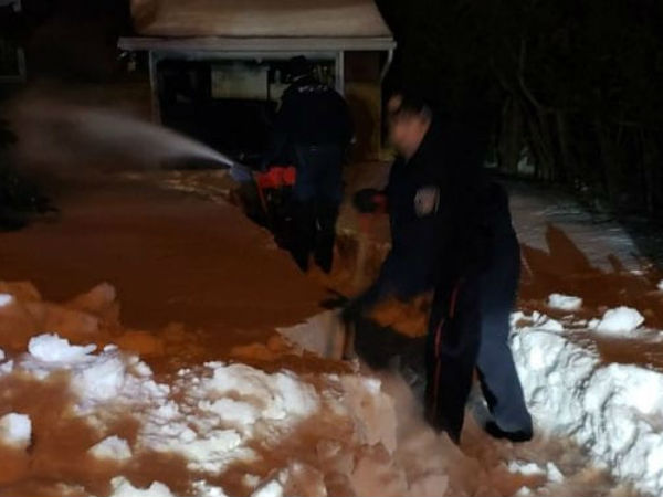 police rescue man trapped at home by snow in canada