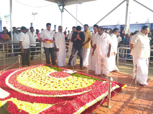 Stalin gets blessings from Karunanidhis memorial