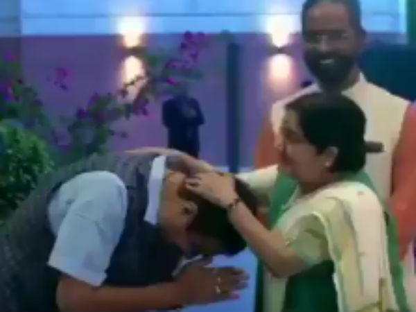 Sushma Swarajs Playful Blessing For Nitin Gadkari At BJP HQ