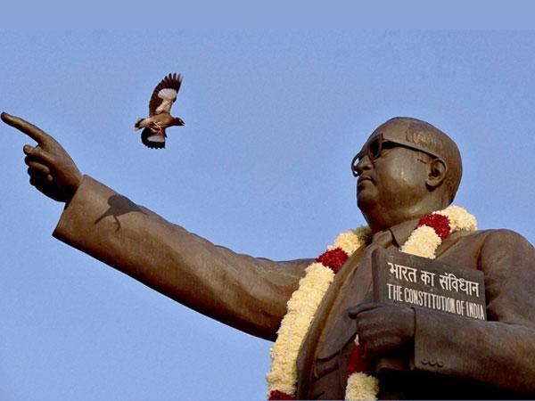 அம்பேத்கர் சிலைக்கு செருப்புக் காலுடன் பாஜகவினர் மாலை.. பால் ஊற்றி தீட்டுக்கழித்த தலித் அமைப்புகள்