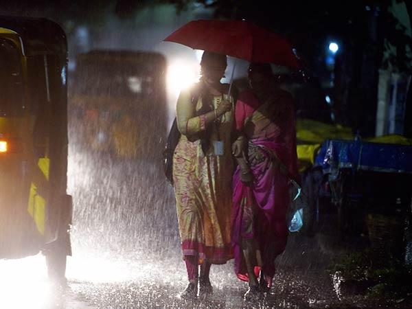 ஹப்பா.. கடைசியில் தலைநகரிலும் தலைகாட்டியது.. சென்னையை குளிர்வித்த கோடை மழை!