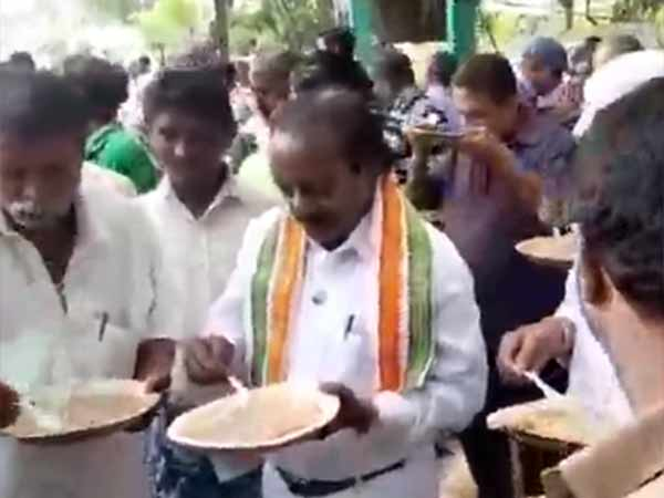 H Vasanthakumar eats Kanji with roadside people