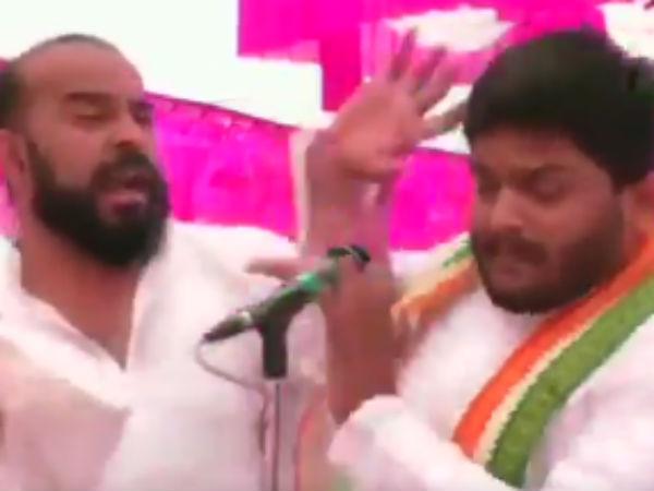 பளார்.. பளார்.. ஹர்திக் பட்டேல் கன்னத்தில் விழுந்த அறை.. பிரச்சாரத்தில் ஷாக்- வீடியோ