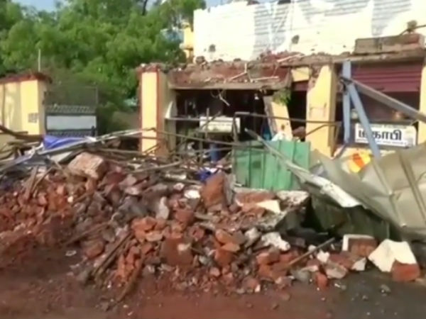 2 People died after a wall collapsed in Namakkal Thangam hospital