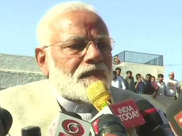 வெடிகுண்டை விட வலிமையானது வாக்காளர் அடையாள அட்டை: மோடி பேட்டி