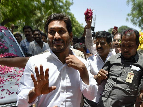 Jaganmohan Reddy offered prayers at Venkateswara Temple in Tirupati