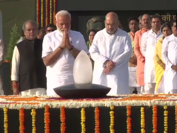 Modi pays tribute in at Mahatma Gandhi and Atal bihari vajpayee Memorials