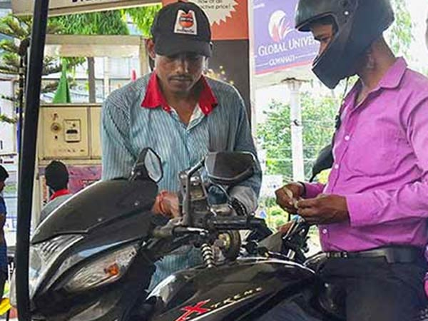who came two wheeler with helmet get 1 liter free petrol in thruchandur petrol pumps