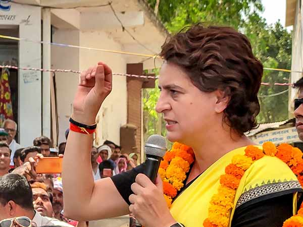 varanasi police lathi charge against bjp members, who raised slogan against priyanka gandhi