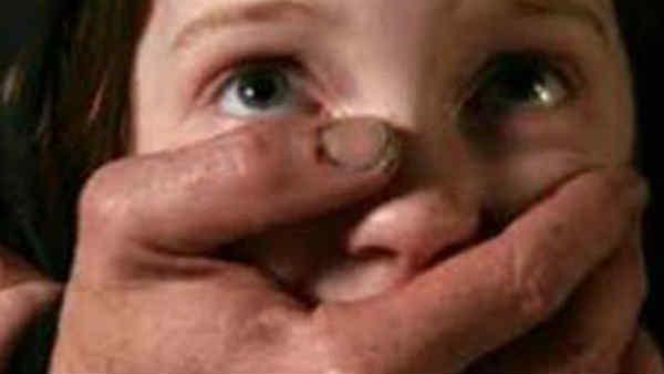 பால்குடி மாறாத குழந்தையின் வாயை பொத்தி பலாத்காரம்... மூச்சுத்திணறி உயிரிழந்த சோகம்