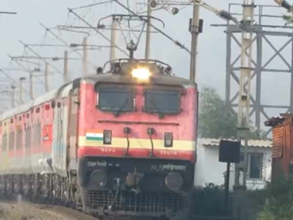 Madrasa teacher pushed off from train by Jai Shri Ram Gang