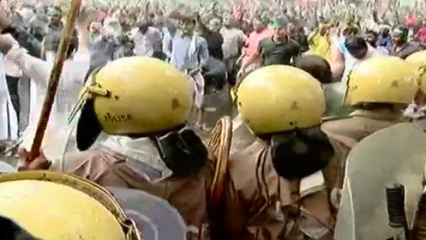 கேரளாவில் ரணகளம்... மாணவனுக்கு கத்தி குத்து... போராடியவர்கள் மீது கண்ணீர் புகை குண்டு வீச்சு