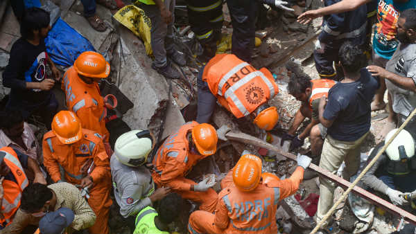 100 year old building collapses in Mumbai.. The number of casualties rose to 14