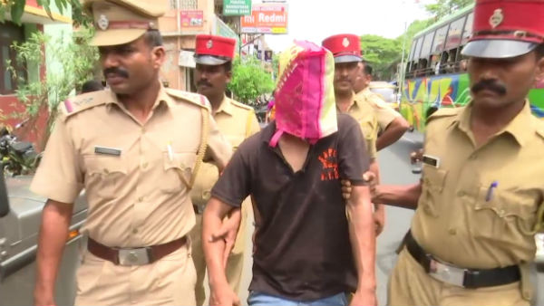 west bengal thief catched by people after robbery gold chain from women in puducherry