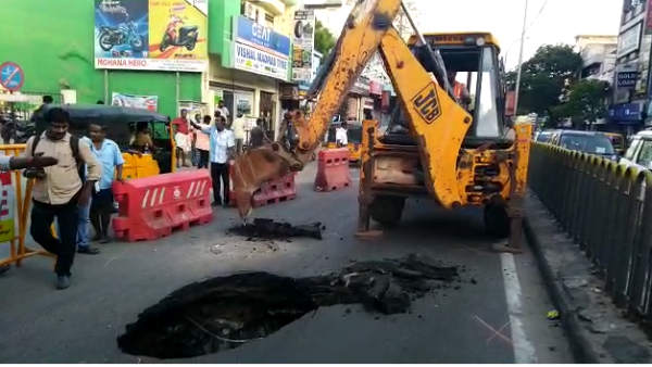 A sudden groove of about 10 feet depth is found on the road in rayapuram , chennai