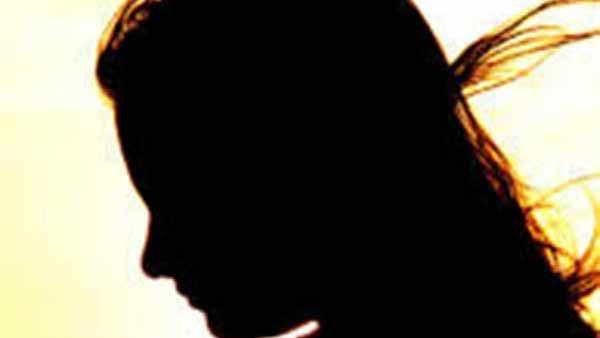 பைக்கை நிறுத்தி விட்டு... இளம்பெண்ணை  கன்னத்தில் பளார் பளார் என அறைந்த இளைஞர்.. ஈரோட்டில் பரபரப்பு