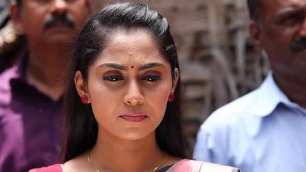 Ayudha Ezhuthu Serial: அநியாயமா இருக்கே... ஊருக்குள்ளே பள்ளிகூடம் கூடாதா?