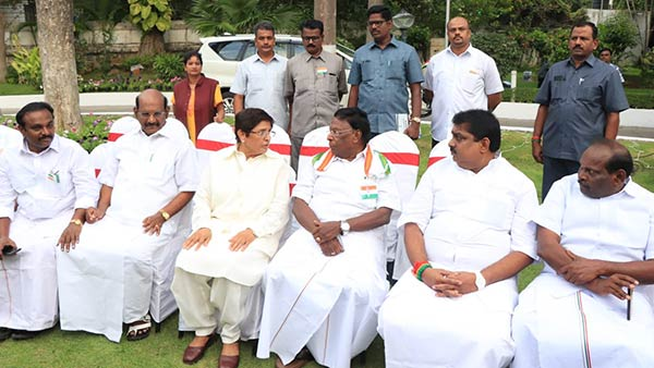 kiran bedi and narayanasamy share lighter moment during independence day tea party