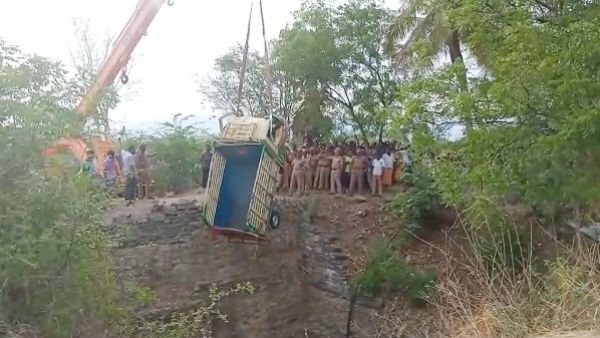 8 killed, mini van fallen into well in trichy