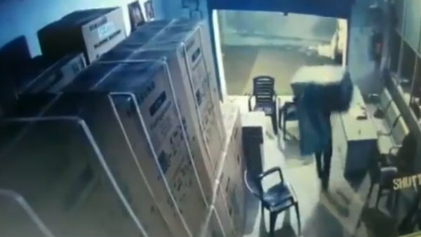 WATCH Robbers loot LED TVs worth Rs 50 lakhs from a godown in Mehndiganj, Bihar