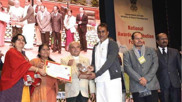விருது மேல் விருதை குவிக்கும் எஸ்.பி.வேலுமணி... உள்ளாட்சித்துறைக்கு 31 தேசிய விருதுகள்