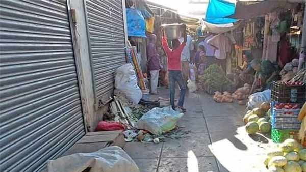 traders beat coolie for stealing onion bag
