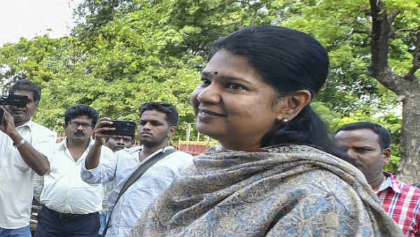 Kanimozhi sit in agitatio against Secret ballot conducted in Kovilpatti