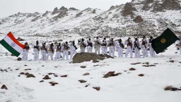மைனஸ் 20 டிகிரி.. 17 ஆயிரம் அடி உயரம்.. லடாக்கில் தேசியக் கொடி ஏந்திய இந்தோ திபெத் வீரர்கள்