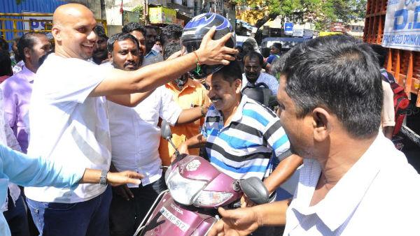 மாற்றியோசி... இலவச ஹெல்மெட் விநியோகித்த உதயநிதி ரசிகர் மன்றத்தினர்...!