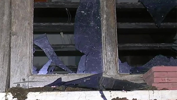 பாகிஸ்தான் வாழ்க என்ற அமுல்யா.. வீட்டின் மீது சரமாரி கல்வீச்சு.. ஜன்னல் கண்ணாடிகள் நொறுங்கின