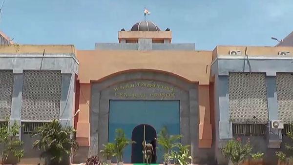 புதுச்சேரி சிறையில் கைதிகள் பயங்கர மோதல்.. தடுக்க சென்ற காவலர்கள் 4 பேர்  படுகாயம்! | Fighting between prisoners at Puducherry central jail - Tamil  Oneindia
