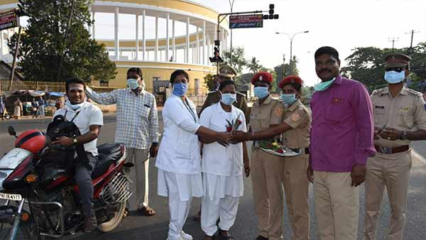 Puducherry police congratulate doctors with a roses