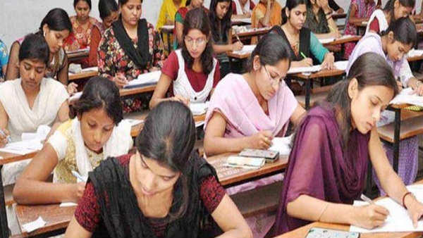 all universities and colleges should be conducted final year exams: central govt