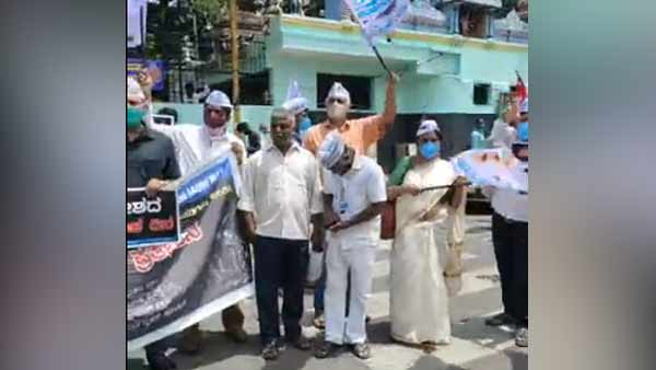 Bharat bandh: Karnataka Farmers, AAP stage protest in Bangalore