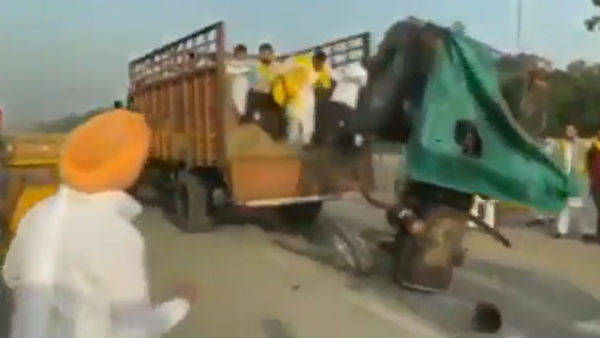 Agri Bill Protest: A tractor set ablaze near India Gate in Delhi