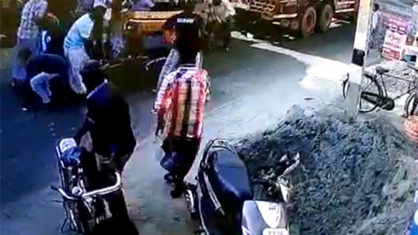 CCTV footage: a man stole cell phone at accident spot in naagai